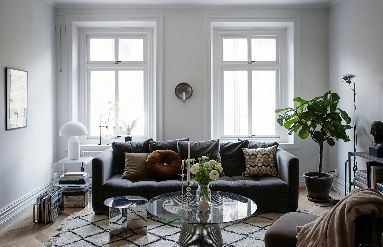 Platner coffee table - Knoll, Stella Sofa - Caravane, Atollo opal table lamp - Oluce, Slit table - Hay